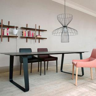 Ispirazione per una sala da pranzo aperta verso il soggiorno moderna con parquet chiaro, camino sospeso e cornice del camino in metallo