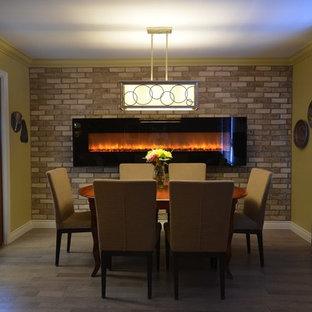 Пример оригинального дизайна интерьера: маленькая отдельная столовая в стиле современная классика с бежевыми стенами, светлым паркетным полом, подвесным камином и фасадом камина из кирпича
