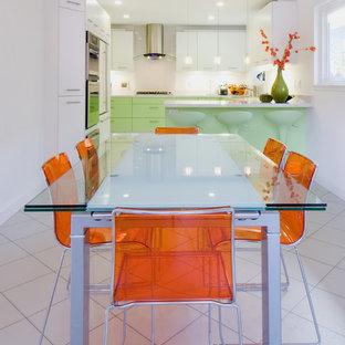 Inredning av ett modernt mellanstort kök med matplats, med klinkergolv i keramik, vita väggar och vitt golv