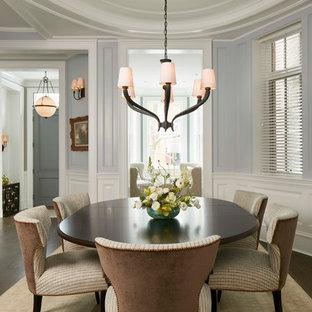 Ejemplo de comedor clásico con paredes grises y suelo de madera oscura