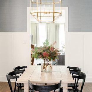 Geschlossenes Klassisches Esszimmer mit grauer Wandfarbe, dunklem Holzboden, braunem Boden und vertäfelten Wänden in Chicago