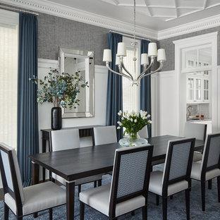 Foto di una sala da pranzo tradizionale chiusa e di medie dimensioni con pareti grigie, parquet scuro, nessun camino e pavimento marrone