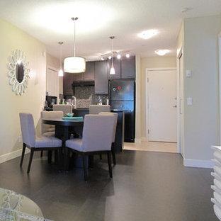 Idée de décoration pour une petit salle à manger ouverte sur le salon minimaliste avec un mur beige, un sol en liège et un sol gris.