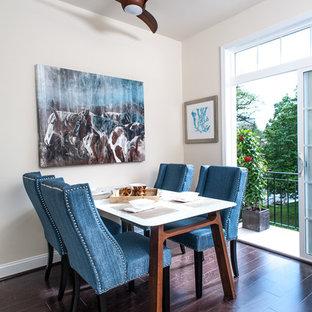 Стильный дизайн: маленькая кухня-столовая в современном стиле с бежевыми стенами, темным паркетным полом и коричневым полом без камина - последний тренд