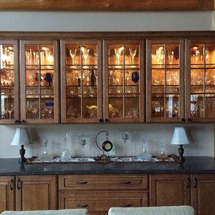 Inspiration pour une salle à manger craftsman fermée et de taille moyenne avec un mur blanc et aucune cheminée.