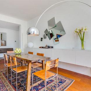 Réalisation d'une salle à manger design de taille moyenne avec un mur blanc, un sol en bois brun et un sol orange.