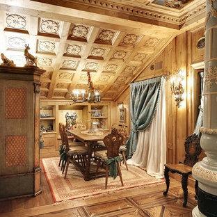 Foto di una sala da pranzo classica con parquet chiaro e stufa a legna