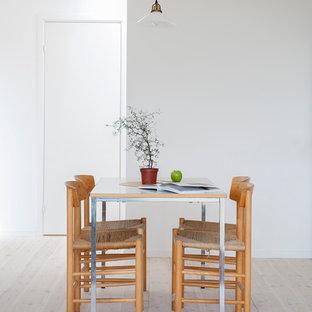 Idéer för små skandinaviska kök med matplatser, med vita väggar och ljust trägolv