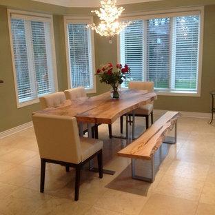 Создайте стильный интерьер: отдельная столовая среднего размера в стиле кантри с зелеными стенами, полом из травертина и бежевым полом без камина - последний тренд