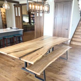 Immagine di una grande sala da pranzo aperta verso la cucina stile americano con pareti bianche, pavimento in legno massello medio e pavimento marrone
