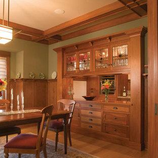 Diseño de comedor de estilo americano con paredes verdes y suelo de madera en tonos medios