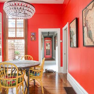 Foto di una sala da pranzo eclettica di medie dimensioni con pareti rosse e pavimento in legno massello medio