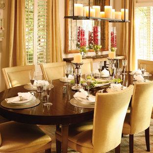 Esempio di una sala da pranzo classica chiusa e di medie dimensioni con pareti beige, pavimento in sughero e pavimento marrone
