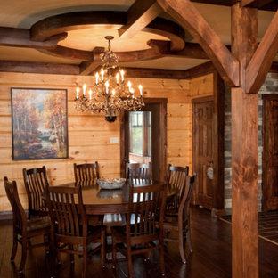 Imagen de comedor de estilo americano, grande, abierto, sin chimenea, con paredes beige y suelo de madera en tonos medios