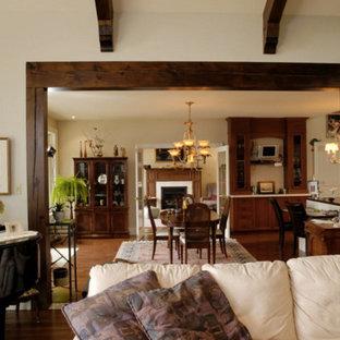 Esempio di una grande sala da pranzo aperta verso il soggiorno stile americano con pareti beige, pavimento in legno massello medio e nessun camino