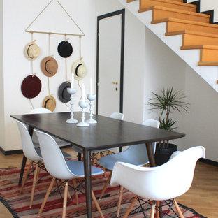 Immagine di una sala da pranzo aperta verso il soggiorno boho chic di medie dimensioni con pareti bianche e parquet chiaro