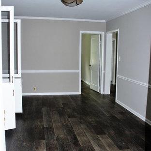 Immagine di una grande sala da pranzo rustica chiusa con pareti grigie e pavimento in vinile