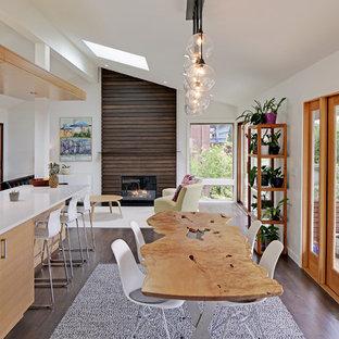 Idéer för en modern matplats med öppen planlösning, med vita väggar, mörkt trägolv, en standard öppen spis och en spiselkrans i trä