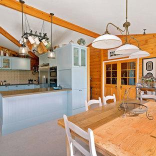 Ispirazione per una sala da pranzo aperta verso la cucina country con pavimento in sughero e pavimento beige