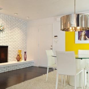 Diseño de comedor bohemio con chimenea de esquina