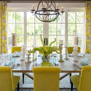 Réalisation d'une salle à manger ouverte sur le salon tradition de taille moyenne avec un mur beige, un sol en bois foncé et aucune cheminée.