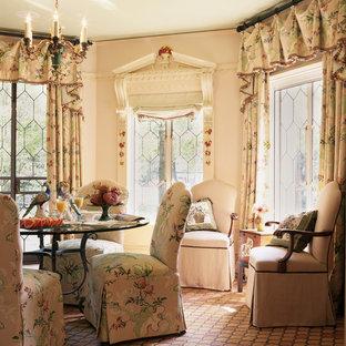 Ispirazione per una sala da pranzo chic con pavimento in terracotta e pareti rosa
