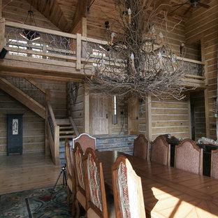 Diseño de comedor rústico, grande, abierto, con suelo de madera clara, chimenea tradicional y marco de chimenea de piedra