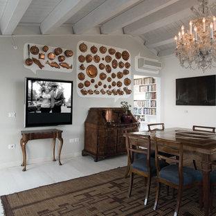 Imagen de comedor clásico con paredes blancas y suelo de madera pintada