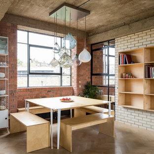 Ejemplo de comedor urbano con paredes blancas, suelo de madera clara y suelo beige