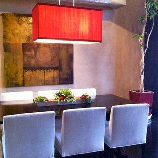 Immagine di un'ampia sala da pranzo aperta verso la cucina design con pareti beige, pavimento in compensato e pavimento nero