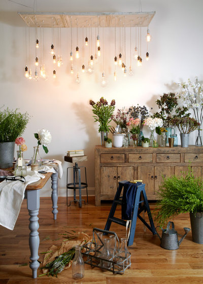 Shabby-Chic Style Dining Room by Urban Chandy
