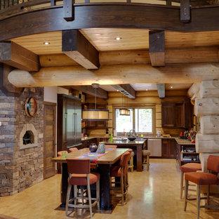 Foto di una sala da pranzo aperta verso la cucina stile rurale di medie dimensioni con pavimento in sughero, stufa a legna e cornice del camino in pietra
