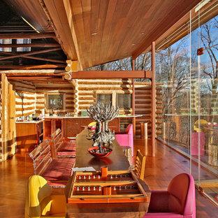 Inspiration för stora rustika kök med matplatser, med mellanmörkt trägolv, beige väggar och brunt golv