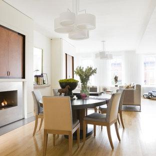 Idéer för att renovera en mellanstor funkis matplats, med beige väggar, ljust trägolv, en standard öppen spis, en spiselkrans i metall och brunt golv