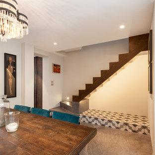 ロンドンの中サイズのコンテンポラリースタイルのおしゃれなLDK (白い壁、コンクリートの床、グレーの床) の写真