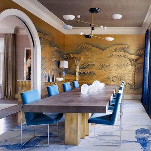 Geschlossenes, Großes Asiatisches Esszimmer ohne Kamin mit bunten Wänden, dunklem Holzboden und braunem Boden in New York