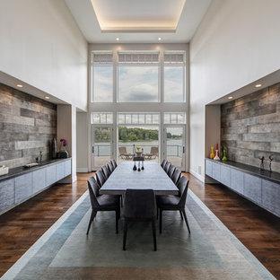 Immagine di un'ampia sala da pranzo aperta verso la cucina chic con pareti bianche, parquet scuro, pavimento marrone e nessun camino