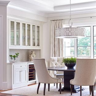 Ispirazione per una sala da pranzo classica di medie dimensioni con pavimento in legno massello medio