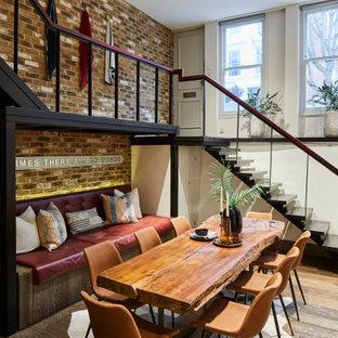 Idéer för små funkis matplatser med öppen planlösning, med vita väggar, mellanmörkt trägolv och brunt golv