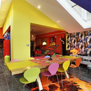 ロンドンの大きいエクレクティックスタイルのおしゃれなLDK (黄色い壁、グレーの床) の写真