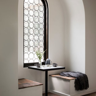 サンタバーバラの小さい地中海スタイルのおしゃれなダイニング (テラコッタタイルの床、茶色い床、白い壁、暖炉なし) の写真