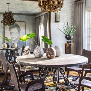 Idées déco pour une salle à manger éclectique avec mur métallisé et du papier peint.