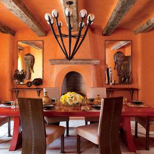 Idee per un'ampia sala da pranzo bohémian chiusa con pareti arancioni e pavimento in cemento