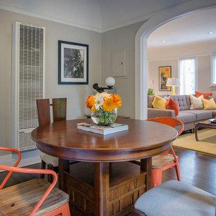 Esempio di una sala da pranzo aperta verso il soggiorno contemporanea di medie dimensioni con pareti multicolore, parquet scuro, camino classico e cornice del camino in cemento