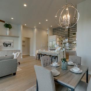 Foto di una sala da pranzo aperta verso il soggiorno moderna di medie dimensioni con pareti grigie, parquet chiaro, camino lineare Ribbon, cornice del camino piastrellata e pavimento beige