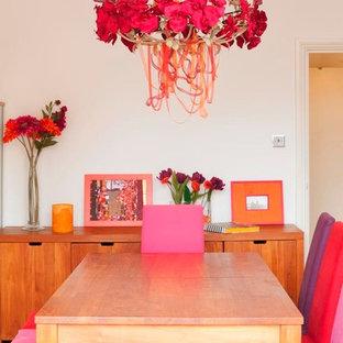 Modelo de comedor minimalista, de tamaño medio, abierto, sin chimenea, con paredes blancas y suelo de madera en tonos medios