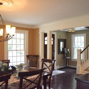 Inspiration pour une salle à manger ouverte sur la cuisine traditionnelle de taille moyenne avec un sol en bois clair et un mur orange.