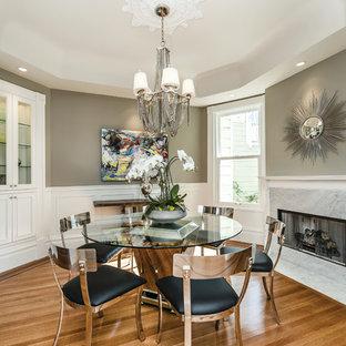 Aménagement d'une salle à manger victorienne avec un mur gris.