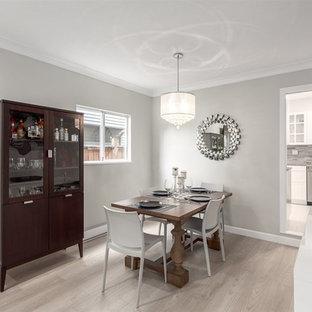 Imagen de comedor contemporáneo, de tamaño medio, abierto, con paredes grises, suelo vinílico y suelo gris