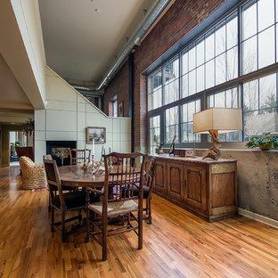 Ispirazione per una sala da pranzo etnica con pavimento in legno massello medio